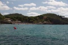 在马略卡的拥挤海滩 免版税图库摄影