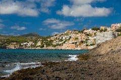 在马略卡的拥挤海滩 免版税库存照片