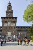 在马的警察在中世纪塔前面 免版税库存图片