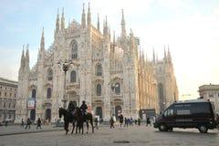 在马的警察在中央寺院,在米兰街道上,意大利 免版税库存照片