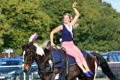 在马的边的东英吉利骑马公平的马体操妇女 免版税库存图片