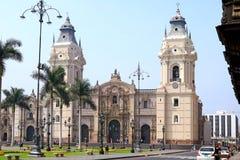 在马约尔广场广场有许多旅游的,利马,秘鲁的大教堂利马主教座堂 免版税库存照片