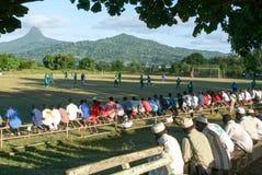 在马约特海岛出席一场橄榄球赛的人们 免版税库存照片