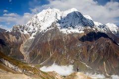 在马纳斯卢峰电路艰苦跋涉的谷在尼泊尔 免版税图库摄影