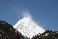 在马纳斯卢峰的美丽的云彩 免版税库存图片