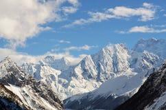 在马纳斯卢峰艰苦跋涉的山脉 库存图片