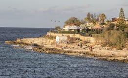 在马耳他的斯利马晃动与沐浴者的海滩 免版税库存图片