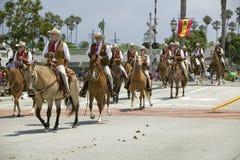 在马背上乘坐在街道下的牛仔在营业日游行下降状态街道,圣塔巴巴拉,加州,老西班牙几天节日, A期间 免版税库存照片