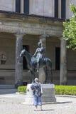 在马背上亚马逊-路易斯博物馆岛的Tuaillon德国雕塑的雕塑1895在柏林 免版税库存照片