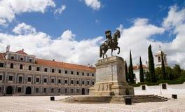在马背上国王雕象在宫殿前面 免版税图库摄影