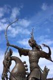 在马背上射击一支弓箭从雕刻的合奏的Scythian女王/王后 库存图片
