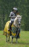 在马背上装甲的中世纪骑士 免版税图库摄影