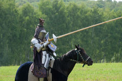 在马背上装甲的中世纪骑士 免版税库存图片