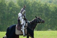 在马背上装甲的中世纪骑士 图库摄影