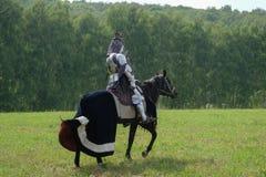 在马背上装甲的中世纪骑士 库存图片