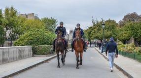 在马背上警察在巴黎,法国 免版税库存照片