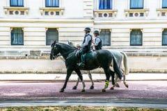 在马背上警察在骑马卫兵路,伦敦 免版税图库摄影