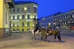 在马背上走整晚圣彼德堡的两个女孩 免版税库存照片
