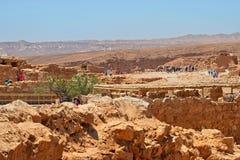 在马萨达堡垒的废墟的游览旅游小组  在以色列和Judean沙漠附近的游览 库存图片
