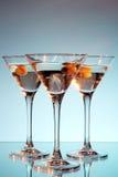 在马蒂尼鸡尾酒橄榄里面的玻璃 免版税库存图片