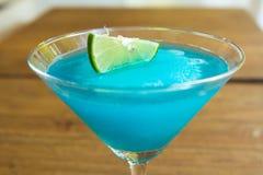 在马蒂尼鸡尾酒玻璃的冻结蓝色玛格丽塔鸡尾酒 库存图片