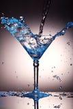 在马蒂尼鸡尾酒玻璃的液体飞溅 库存照片