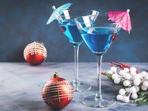 在马蒂尼鸡尾酒玻璃的蓝色鸡尾酒圣诞晚会的 图库摄影
