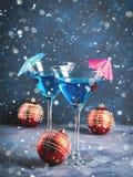 在马蒂尼鸡尾酒玻璃的蓝色鸡尾酒圣诞晚会的 库存图片