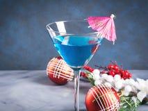 在马蒂尼鸡尾酒玻璃的蓝色鸡尾酒圣诞晚会的 免版税图库摄影