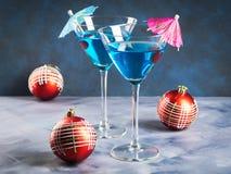 在马蒂尼鸡尾酒玻璃的蓝色鸡尾酒圣诞晚会的 免版税库存图片