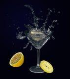 在马蒂尼鸡尾酒玻璃的柠檬。 免版税库存照片