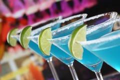在马蒂尼鸡尾酒玻璃的蓝色库拉索岛鸡尾酒在酒吧 免版税图库摄影