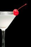 在马蒂尼鸡尾酒玻璃的鸡尾酒与红色樱桃特写镜头 库存照片