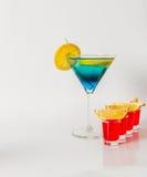 在马蒂尼鸡尾酒玻璃,蓝色和绿色组合, f的五颜六色的饮料 图库摄影
