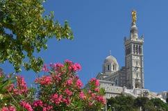 在马赛上的著名教会Notre Dame de la加尔德角 免版税库存图片