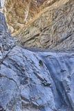 在马赛克峡谷的蓝色和黄色墙壁 库存照片
