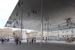在马赛市,法国反映l'Ombrière,一sundeck 库存图片