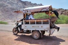 在马达三轮车的游客旅行, Hormuz海岛, southend Ira 免版税库存图片