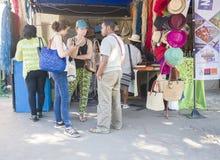 在马达加斯加人的狂欢节期间的旅游参观陈列立场 库存照片