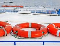 在马达船屋顶的Lifebuoy 免版税库存图片