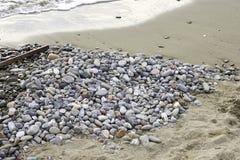 在马里内拉海滩的石头在利古里亚 免版税图库摄影