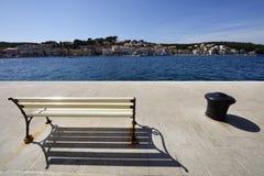 在马里Losinj,克罗地亚换下场和一个系船柱 免版税图库摄影
