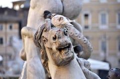 在马雕塑的鸟 免版税库存图片