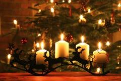 在驯鹿爬犁的出现蜡烛 免版税库存图片