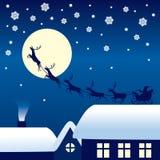 在驯鹿雪橇的圣诞老人骑马 免版税图库摄影