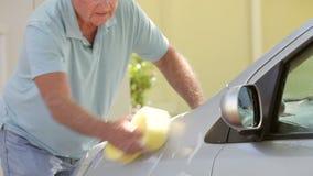 在驱动的老人洗涤的汽车 股票录像