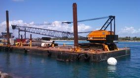 在驳船的大起重机 免版税图库摄影