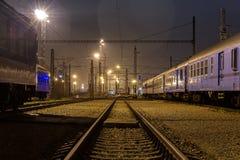 在驻地停放的火车在晚上 免版税图库摄影