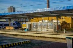 在驻地平台的高速火车 免版税库存图片