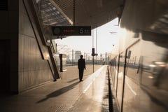 在驻地的中国高速火车 颜色使充满活力红色的日落环境美化 免版税库存图片